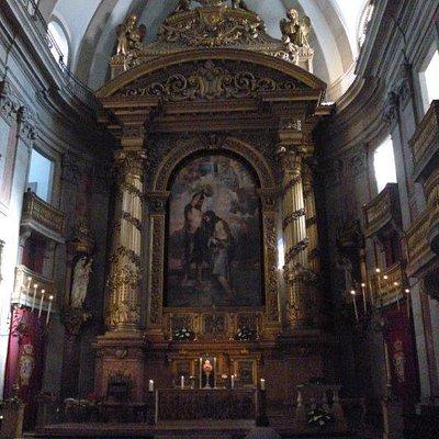 Main altar of Igreja da Trindade featuring the masterpiece The Baptism of Christ in O Porto