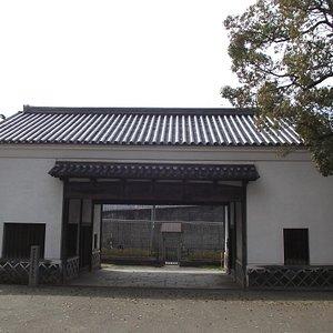 長屋門 (石柱標示は左手前)