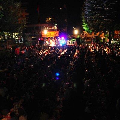 """Cena e concerto durante la """"tre giorni di musica e cultura popolare"""""""