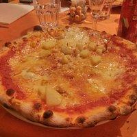 Pizza Ersilia: pomodoro, mozzarella, patate lesse, Branzi.