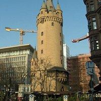 Torre Medieval - EschenheimerTurm - rodeada de cafés