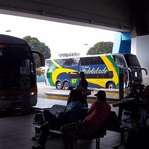 Andén de acceso a los buses del Shopping Araguaia.