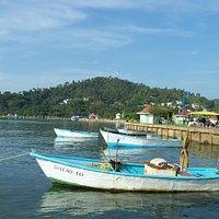Les nombreux bateaux de pêche longent le malecon