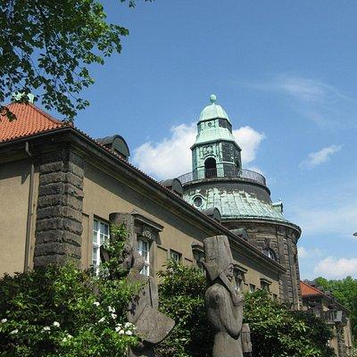 Skulpturen vor dem Museum