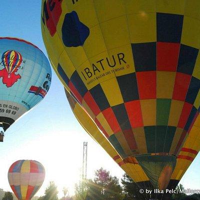 algunos globos volando