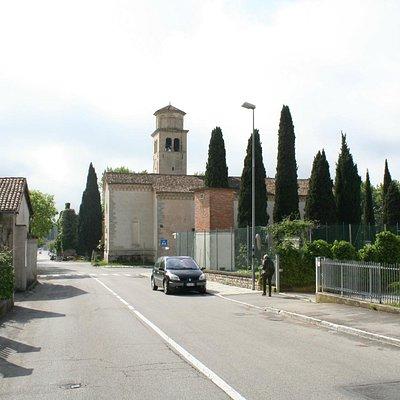 Avvicinamento in auto arrivando da Nord alla Pieve di Bigonzo (S.Andrea)