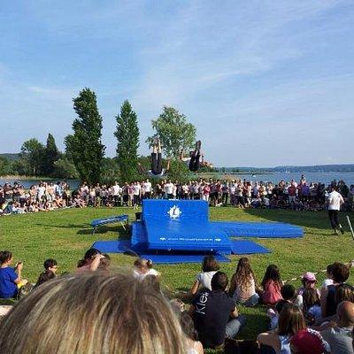 manifestazione in riva al lago