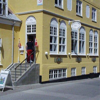 Galleri Uggerby i Lønstrup med indgang fra Strandvejen