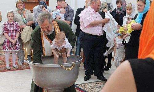 Отец Николай совершает таинство крещения