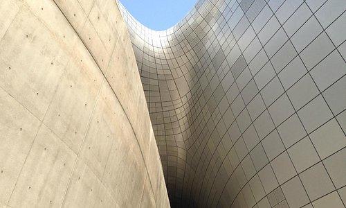 curvas sinuosas by Zaha Hadid