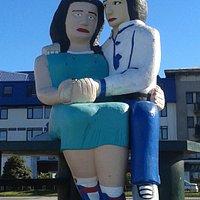 """Monumento """"Sentados Frente Al Mar"""", los gorditos tomados de la mano"""