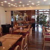 Restaurant Hauptteil unterteilt in Raucher- und Nichtrauchersektion