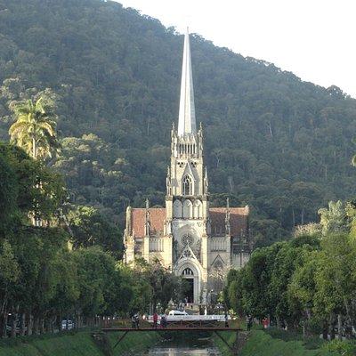 Catedral Dom Pedro de Alcântara emoldurada pela serra.