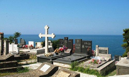 Православное кладбище над морским обрывом