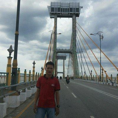 Aseng at jembatan Tengku Agung Sultanah Latifah Siak Sri Indrapura
