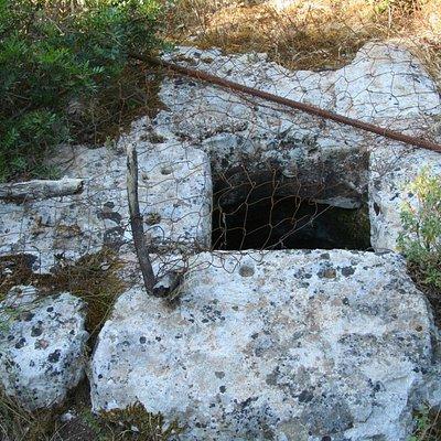 Weg zur Höhle, Brunnen