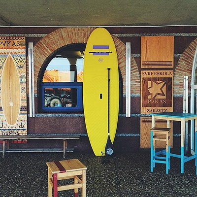 This is the entrance of the Pukas Surf Eskola Zarautz. You can either rent a SUP if it is flat.