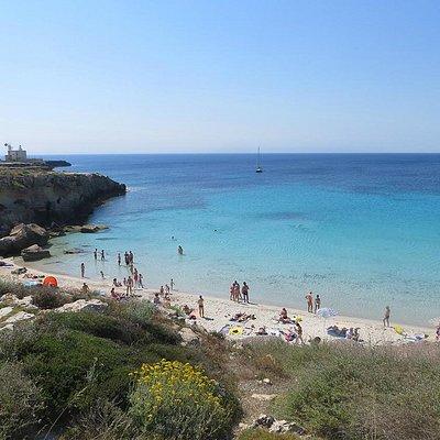 La prima spiaggia di Cala Azzurra vista dall'alto