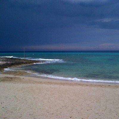 Temporali sul mare blu a fine giornata