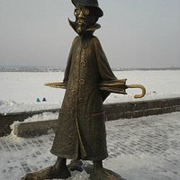 Памятник Антону Павловичу Чехову в Томске на берегу Томи