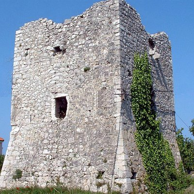 Tower Kaštelina was constructed, according to the inbuilt sign on latin language and the emblem.