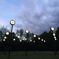 Вход в парк. Часы-фонари