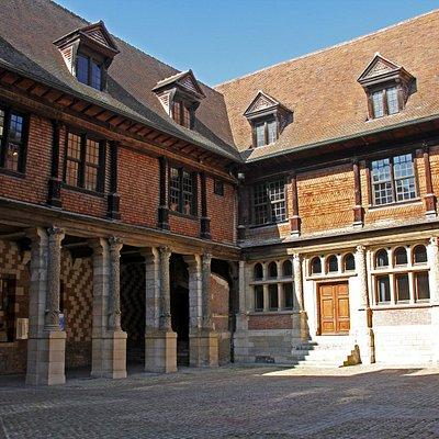 Cour de la Maison de l'Outil et de la Pensée Ouvrière