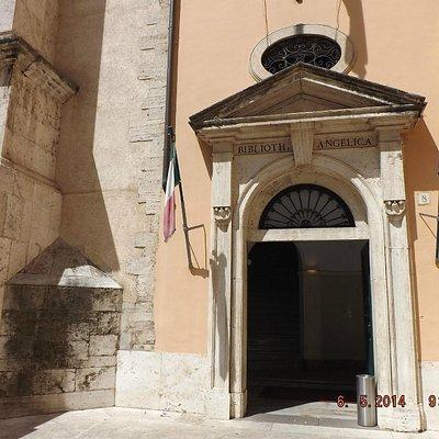 Entrada medieval para um templo de saber antigo.
