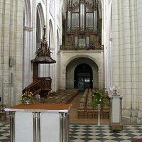 La nef vue du choeur de la cathédrale de Luçon