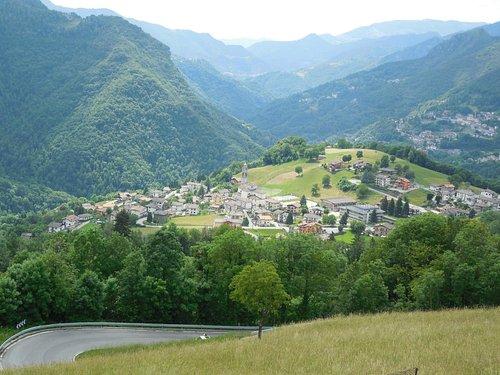 Parte della catena delle montagne orobiche e i suoi paesini.