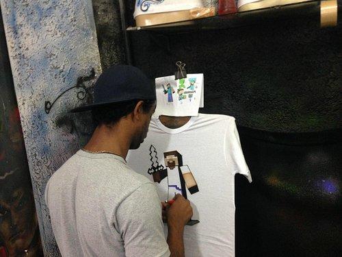 Grafitando a camisa para meu filho