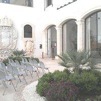 Palazzo Bellomo, cortile e vitrine com carruagens