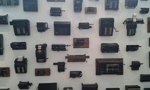 En hel væg med gamle regnemaskiner.