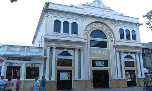 Frente do Teatro Municipal de Ilhéus.