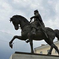 Памятник Михаилу Тверскому на коне