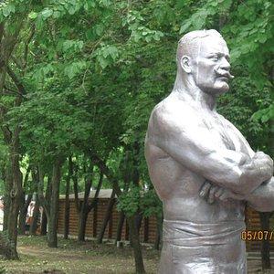 Памятник у входа в парк с улицы К.Маркса