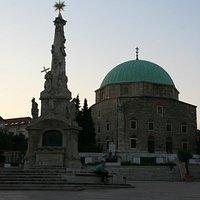 vista de la columna de la peste y la gran mezquita del Pasha gazi Kassim