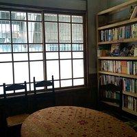 書櫃跟小沙龍間