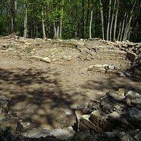 Le mura della canonica qualche anno fa durante la fase iniziale degli scavi archeologici