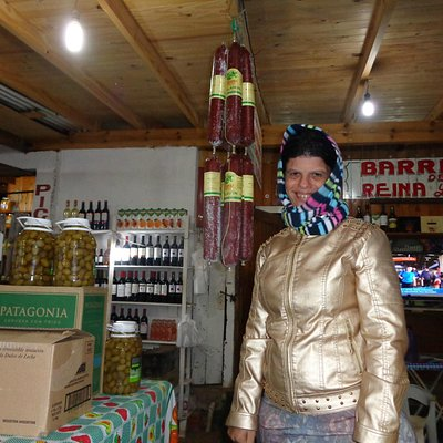 Queijos e salames pendurados nas lojas
