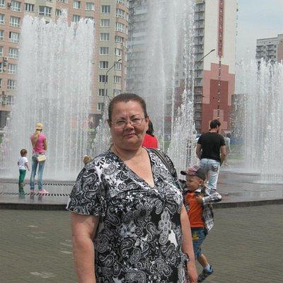 На фоне фонтана