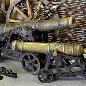 две английские пушки
