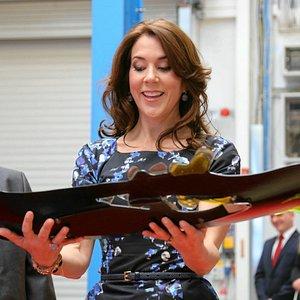 Kronprinsesse Mary modtager min bestillingsopgave HÅB og TOLERANCE på KK electronics fabrik i Po