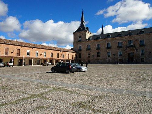 Plaza. Se visualiza Palacio Ducal y lado aporticado
