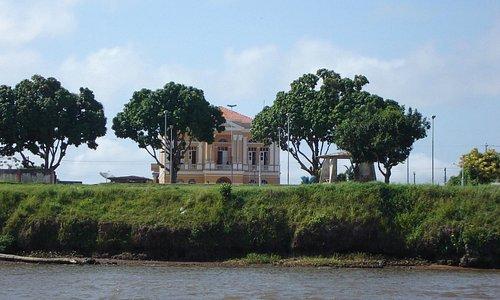 Prédio histórico visto do Rio Amazonas