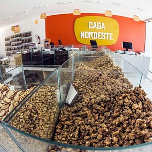 Castanhas e frutas vendidas a granel.