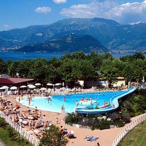 Panoramica della piscina con Montisola sullo sfondo