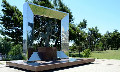 Monument van Vladimir Visotskiy aan de Millenium Brug.