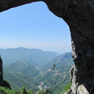 La dimensione dell'arco di roccia e in lontananza il mare