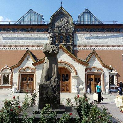 Вход в Третьяковскую галерею. Памятник Третьякову
